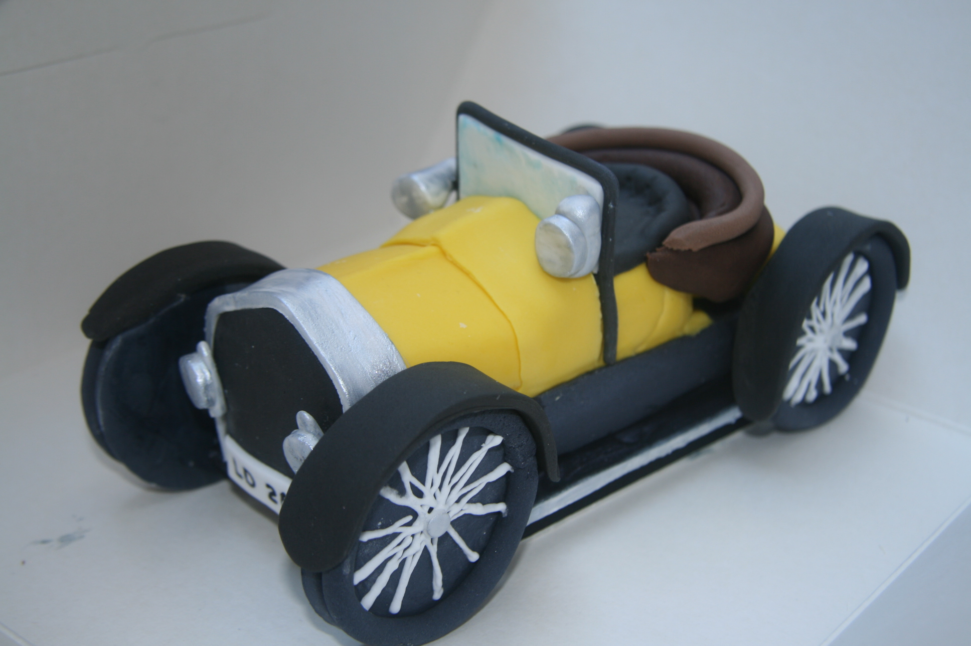cake topper old fashioned car | Etoile Bakery